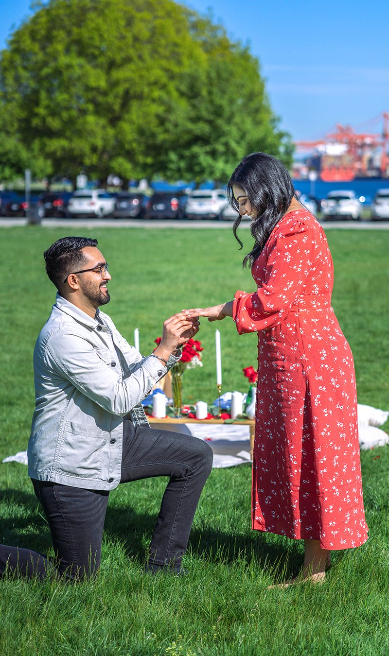 The Minimalist setup with fresh rose add-ons for a romantic proposal.